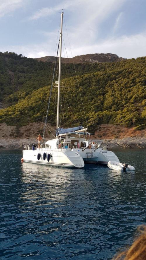 Catamarano con tender attraccato nell'Arcipelago di La Maddalena