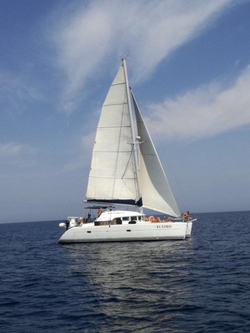 Catamarano in navigazione a vela nel nord Sardegna