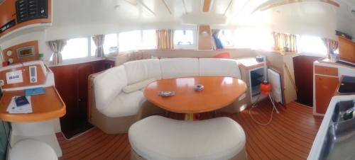 Interno salotto di un catamarano a Cannigione