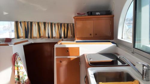 Interno cucina di un catamarano a Cannigione