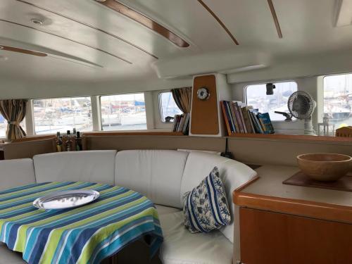 Interno salotto e divano di un catamarano a Cannigione