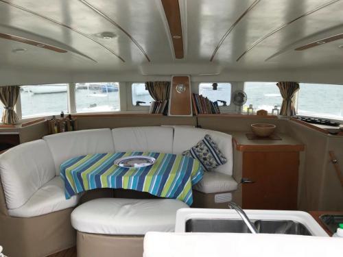 Interno divano di un catamarano a Cannigione
