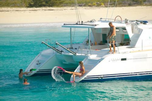 Famiglia a bordo di un catamarano e in acqua nell'Arcipelago di La Maddalena