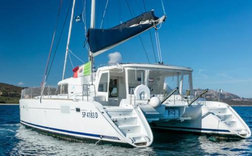 Catamarano nelle acque dell'Arcipelago di La Maddalena