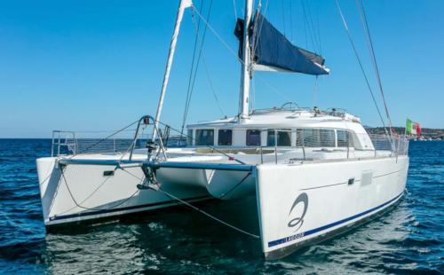 Catamarano in navigazione nelle acque dell'Arcipelago di La Maddalena