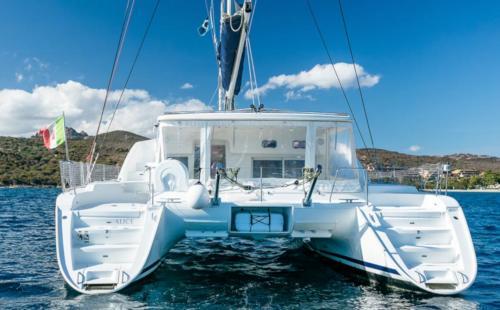 Poppa di un catamarano nelle acque dell'Arcipelago di La Maddalena