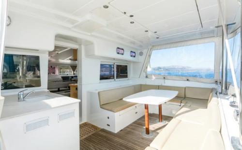 Dettaglio di un catamarano nelle acque dell'Arcipelago di La Maddalena