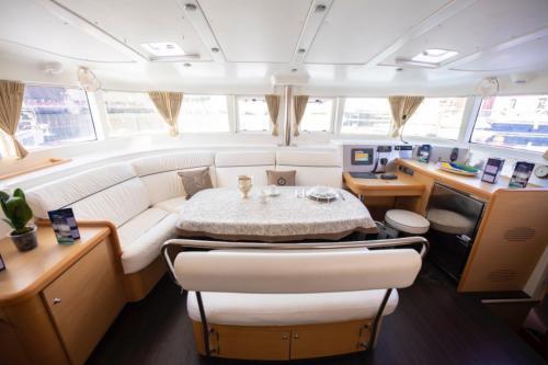 Salotto interno di un catamarano nelle acque dell'Arcipelago di La Maddalena