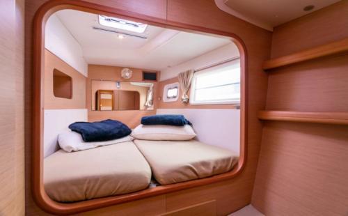 Camera da letto di un catamarano nelle acque dell'Arcipelago di La Maddalena