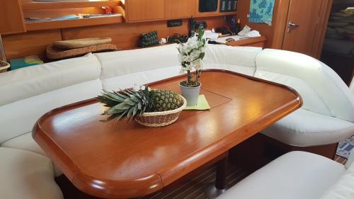 Tavolo da pranzo, salotto interno barca a vela a Santa Teresa di Gallura