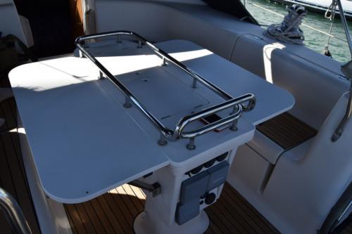 tavolo barca a vela nel porto di Palau