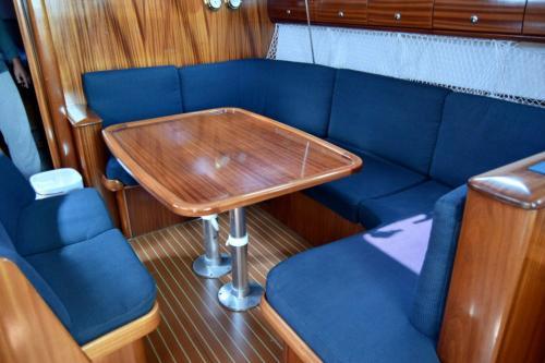 Interno tavolo barca a vela a Palau