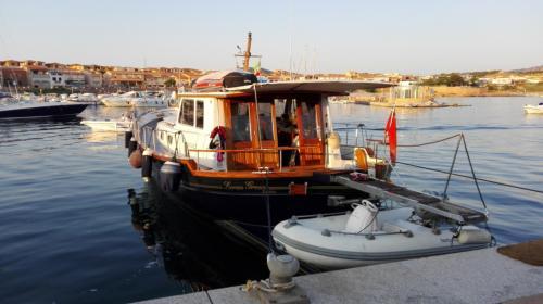 Barca a motore attraccata a Porto Rafael a Palau