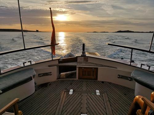 Tramonto Arcipelago di La Maddalena durante tour in barca a motore