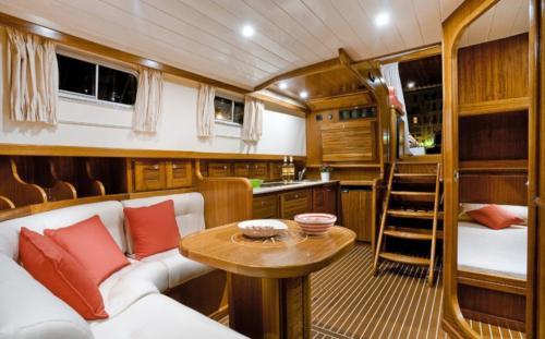 Interno salotto barca a motore Palau