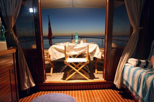 Interno barca a motore Palau di notte