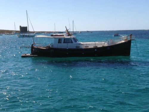 Barca a motore in navigazione nell'Arcipelago di La Maddalena