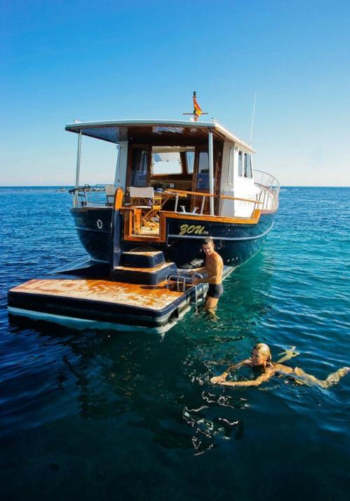 Escursionisti fanno il bagno durante tour in barca a motore nell'Arcipelago di La Maddalena