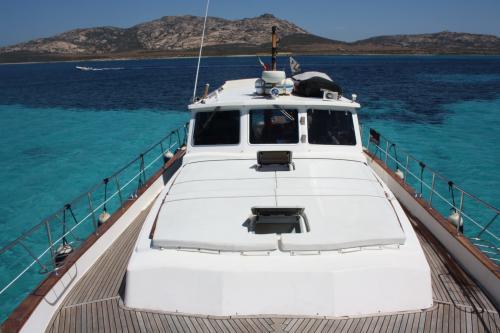 Prua barca a motore nell'Arcipelago di La Maddalena