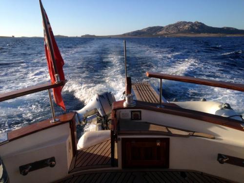 Scia del motore di una barca durante tour nell'Arcipelago di La Maddalena