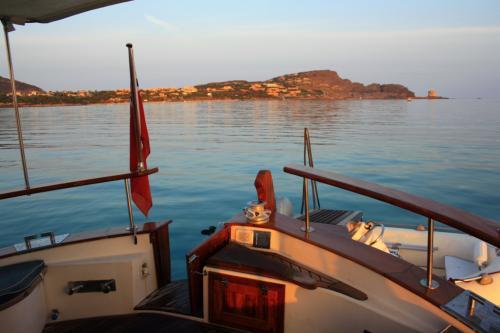 Tramonto da una barca a motore nell'Arcipelago di La Maddalena